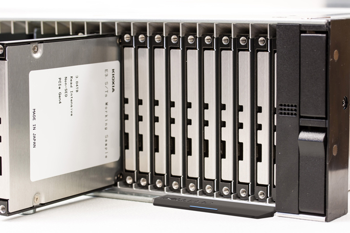 Caption: The image shows SSDs mounted on a 2U-size rack mounted server prototype that installs max. 48 units of major server vendor's prototype. With the combination of E3.S evaluation model + 2U rack mounted server evaluation model, KIOXIA has been performing target device evaluations such as system performance evaluation, heat dissipation verification, etc. with server vendors.